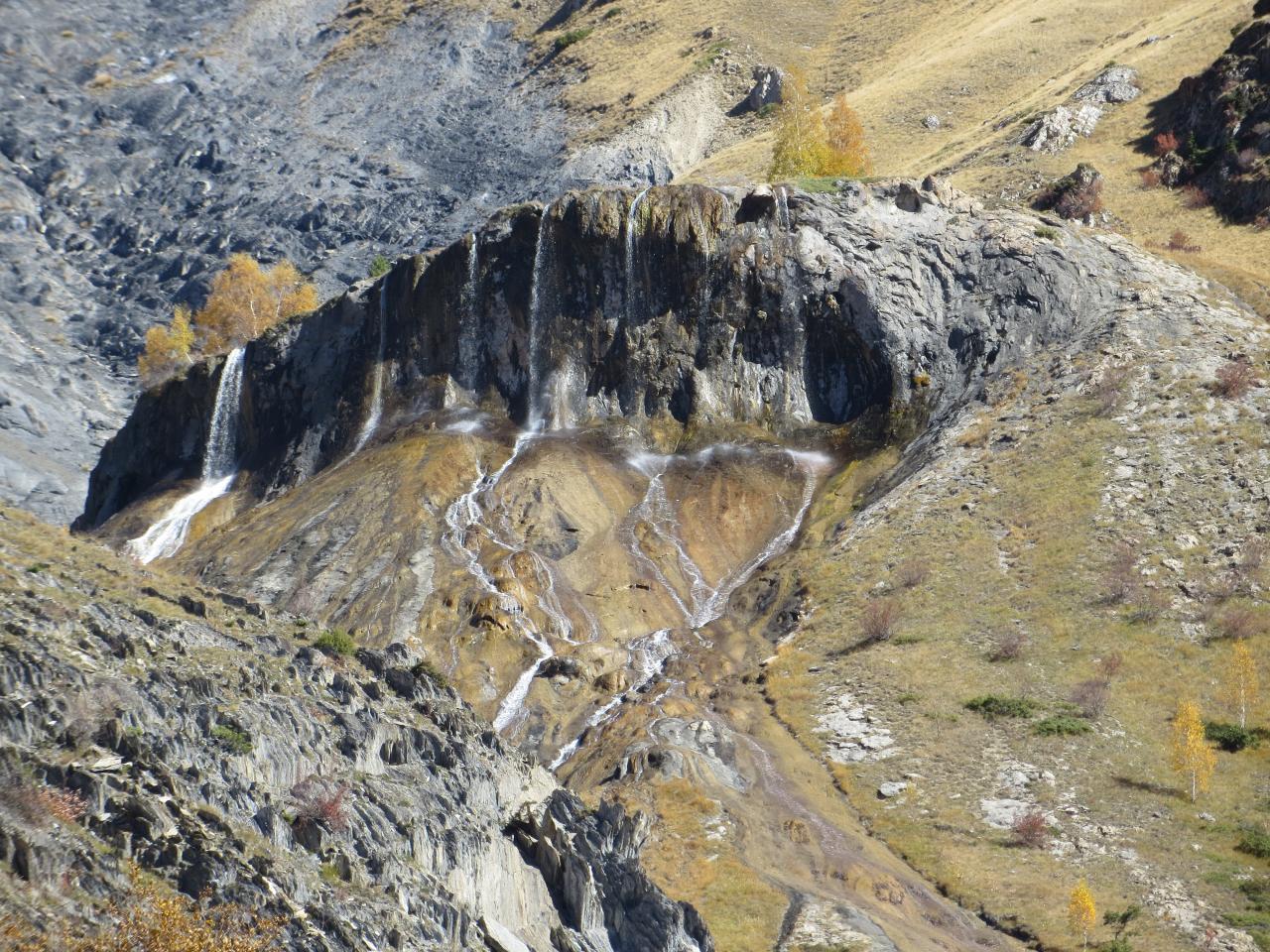 Fontaine pétrifiée au dessus du refuge des Clôts