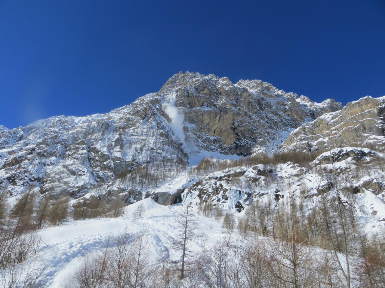 avalanche dans le fond de la vallée du val Maira